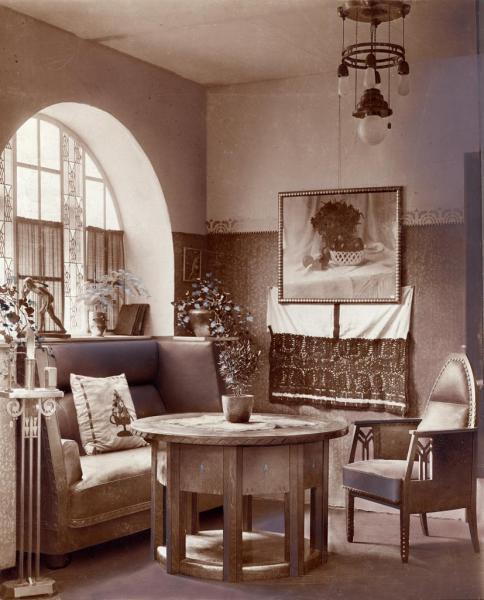 Társalgó ablakfülkéje az Iparművészeti Társulat II. Lakásművészeti kiállításán, 1912, tervezte Menyhért Miklós, az üvegablakot készítette Waltherr Gida, ltsz. FLT 4794